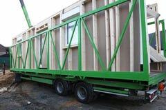 Entrega de casa de madeira pré-fabricada Imagem de Stock Royalty Free