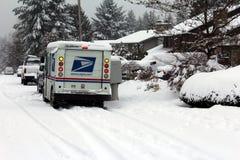 Entrega de correio durante a tempestade da neve Fotos de Stock Royalty Free