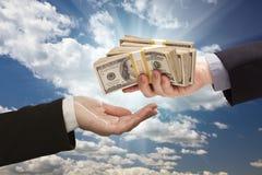 Entrega de efectivo con las nubes y el cielo dramáticos foto de archivo libre de regalías