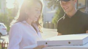 Entrega de la pizza Comida de Delivering Box With del mensajero al cliente almacen de video