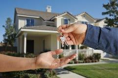 Entrega de los claves de la casa delante del nuevo hogar Foto de archivo