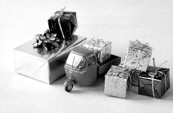 Entrega de los regalos de Navidad imagenes de archivo