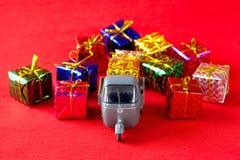 Entrega de los regalos de Navidad foto de archivo libre de regalías