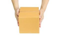 Entrega de manos una caja de cartón Fotografía de archivo