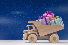 Entrega de regalos en el camión del juguete Concepto del regalo de día de fiesta Imágenes de archivo libres de regalías