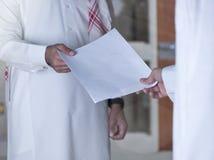 Entrega de un documento a un empleado compañero imagenes de archivo