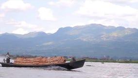 Entrega del cargo en el lago Inle almacen de metraje de vídeo