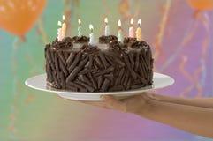 Entrega do bolo de aniversário Imagens de Stock