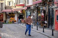 Entrega do chá em Istambul imagem de stock