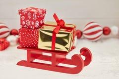 Entrega dos presentes de Natal com trenó Fotografia de Stock Royalty Free