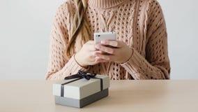 Entrega en línea de la tienda del teléfono de la compra de la mujer del consumerismo almacen de video