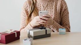 Entrega en línea de la tienda del teléfono de la compra de la mujer del consumerismo almacen de metraje de vídeo