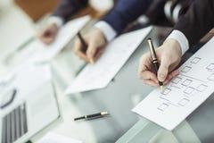 Entrega a equipe do negócio que trabalha com planos financeiros Fotografia de Stock Royalty Free