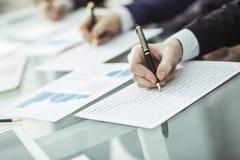 Entrega a equipe do negócio que trabalha com planos financeiros Imagens de Stock