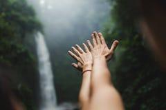 entrega estendido nas cachoeiras Imagens de Stock Royalty Free