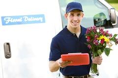 Entrega: Homem pronto para entregar flores imagens de stock royalty free