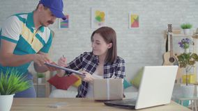 Entrega imediata do pacote pelo correio imediatamente depois da ordem filme