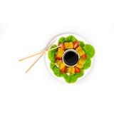 Entrega japonesa del restaurante de la comida - rollos de sushi del tempura aislados en el fondo blanco Opinión superior de rollo Fotos de archivo