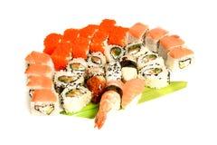 Entrega japonesa do restaurante do alimento - da bandeja gunkan do rolo de Califórnia do maki do sushi grupo grande isolado no fu Imagens de Stock