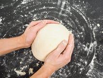 Entrega a massa de pão de amasso Fotos de Stock Royalty Free