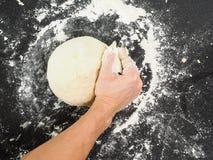 Entrega a massa de pão de amasso Imagens de Stock