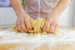 Entrega a massa de pão de amasso Fotos de Stock