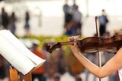 Entrega a menina que joga o violino Foto de Stock Royalty Free