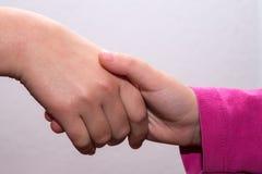 Entrega a menina que tece, mãos cruzadas, toque das mãos Fotos de Stock Royalty Free