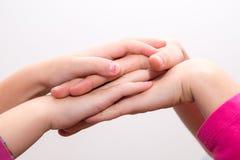 Entrega a menina que tece, mãos cruzadas, toque das mãos Fotografia de Stock