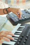 Entrega a mulher DJ que joga a música eletrônica com uma tabela de mistura imagens de stock