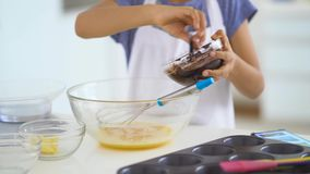 Entrega o chocolate de mistura na gema para fazer a massa video estoque