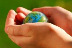 Entrega o globo Fotografia de Stock