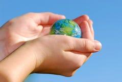 Entrega o globo fotografia de stock royalty free