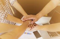 Entrega o grupo de conceito do negócio dos trabalhos de equipa ou do dreamteam Imagem de Stock Royalty Free