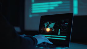 Entrega o portátil de datilografia no escritório moderno filme