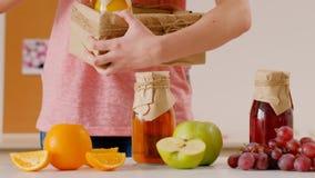 Entrega orgánica del zumo de fruta fresca del negocio casero almacen de video