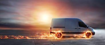 Entrega rápida estupenda del servicio del paquete con la furgoneta con las ruedas en el fuego imagenes de archivo