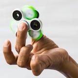 Entrega a rotação do verde do girador no dedo foto de stock royalty free
