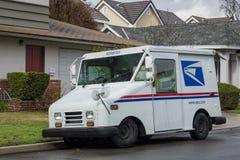 Entrega servicio postal estadounidense en un día rainny Foto de archivo