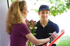 Entrega: Sinais da mulher para flores fotos de stock