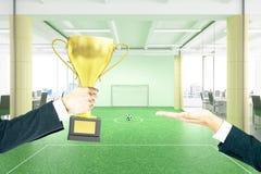 Entregando o campo de futebol do troféu Fotos de Stock Royalty Free