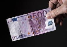 Entregar cinco cem euro usou a cédula Fotos de Stock Royalty Free