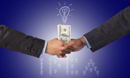Entregue a agitação entre um homem de negócios com dinheiro do dólar para a ideia de s Foto de Stock Royalty Free