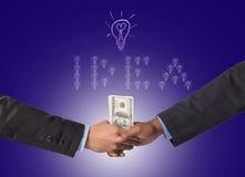 Entregue a agitação entre um homem de negócios com dinheiro do dólar para a ideia do sucesso Imagem de Stock Royalty Free