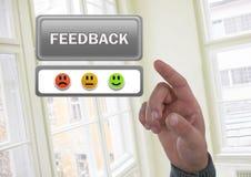 Entregue apontar no botão do feedback e nos ícones da satisfação das caras do smiley do feedback Fotografia de Stock Royalty Free