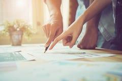 Entregue apontar a um original financeiro na mesa Entre o formulário concordado do trabalho para enviar clientes imagens de stock royalty free