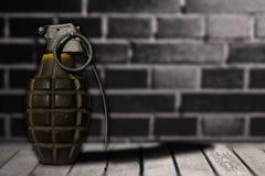 Entregue a bomba no assoalho de madeira com parede do fundo Fotografia de Stock