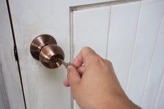 Entregue chaves da posse a travar ou a destravar a porta foto de stock