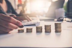 Entregue a colocação da moeda do dinheiro sobre cada linha CCB de aumentação dos homens de negócios da equipe Fotografia de Stock Royalty Free