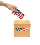 Entregue a colocação de um Bollot de votação na caixa. Fotografia de Stock